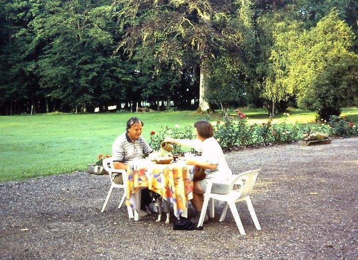GR5 door Lotharingen-ontbijt in de tuin van Chateau Alteville